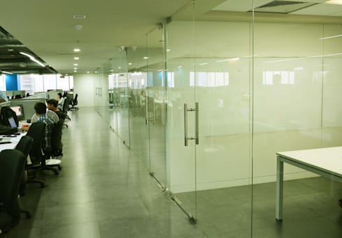 corridor between meeting room and workstations:   by Horizon Design Studio Pvt Ltd