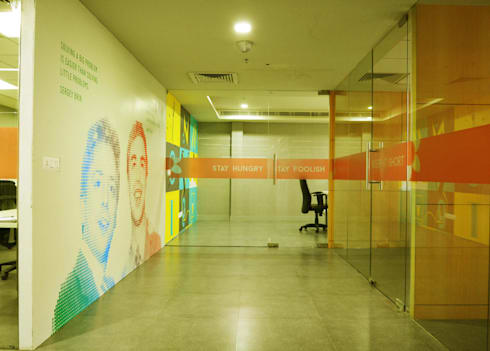 The entrance foyer and meeting room:   by Horizon Design Studio Pvt Ltd
