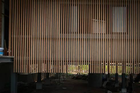 casa HK: Estudios y oficinas de estilo clásico por Osvaldo Gris - Grupo Joscaill