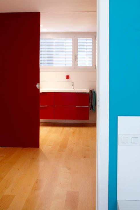CASA GM: Baños de estilo moderno de BADIA ARQUITECTES SLP