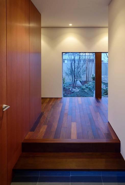 NIIHAMA House: 澤村昌彦建築設計事務所が手掛けた廊下 & 玄関です。