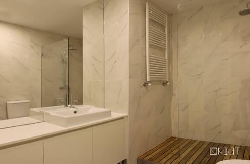 Apartamento ICA: Casas de banho minimalistas por CRIAT