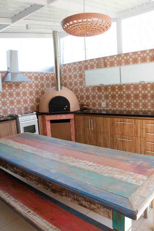 Residência em Jundiaí: Cozinhas  por Carol Abumrad Arquitetura e Interiores