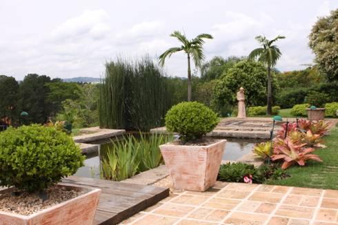 Área externa SK: Jardins modernos por Gordeeff Arquitetos Associados