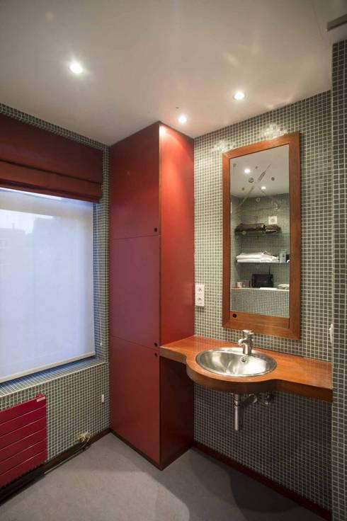 CRAPAURUE: Salle de bains de style  par fhw architectes sprl