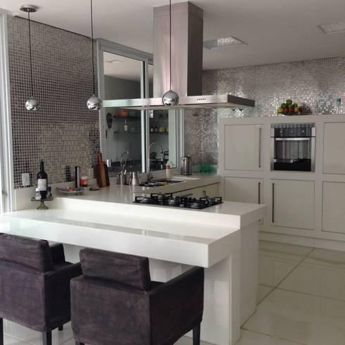 Cozinhas: Cozinhas modernas por Docca Reformas e Construções Eireli ME