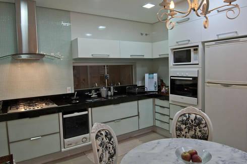Casa 2011: Cozinhas modernas por Luciana Rogério e Luís Alfredo Marques Arquitetura e Design de Interiores