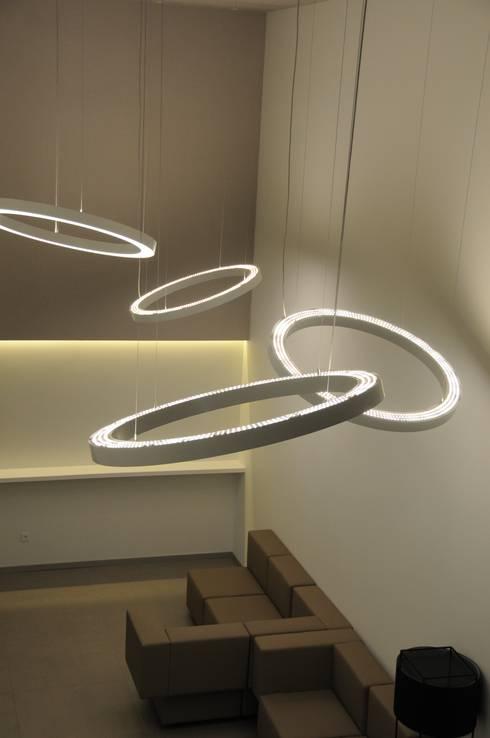 LUZIBÉRICA | BLUE LIGHTING projects: Casa  por LUZZA by AIPI - Portuguese Lighting Association