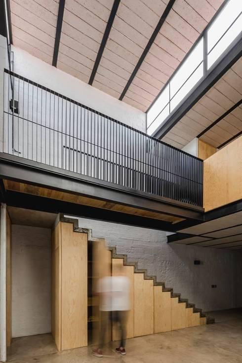 escalera: Pasillos y recibidores de estilo  por aguila-reals