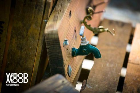 Cabide com torneira: Corredor, hall e escadas  por WoodMood