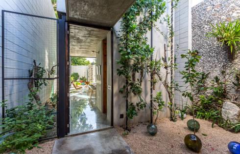 Patio de transición: Jardines de estilo ecléctico por Taller Estilo Arquitectura