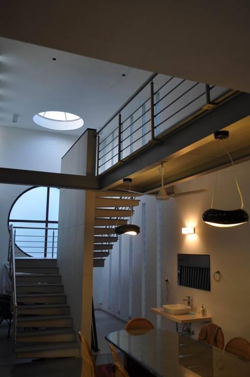Weekend house:  Corridor & hallway by Vipul Patel Architects