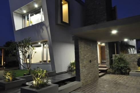 Mr. Ashwin's house:  Corridor & hallway by Vipul Patel Architects