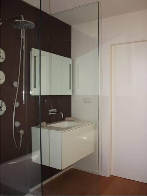 ADAM Apartment: Baños de estilo moderno de ATYCO