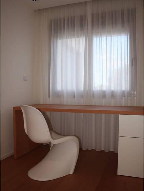 ADAM Apartment: Dormitorios de estilo moderno de ATYCO