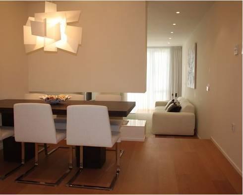 ADAM Apartment: Salones de estilo moderno de ATYCO