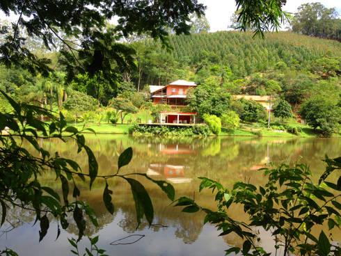 Casa de Campo - vista da entrada do sítio: Casas campestres por Elisabeth Berlato Arquitetura, Interiores e Paisagismo