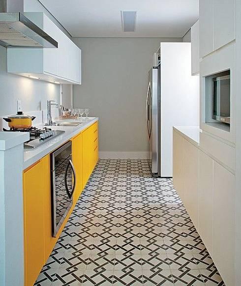 Kitchen by Ana Carpentieri Arquitetura