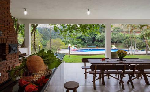 Casa de Campo - espaço de lazer gastronômico e piscina: Cozinha  por Elisabeth Berlato Arquitetura, Interiores e Paisagismo