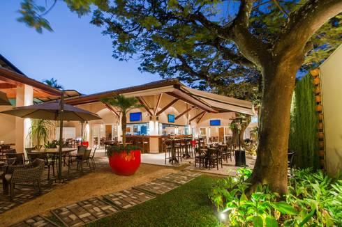 JARDIM INTERNO: Espaços gastronômicos  por Larissa Carbone Arquitetura e Interiores