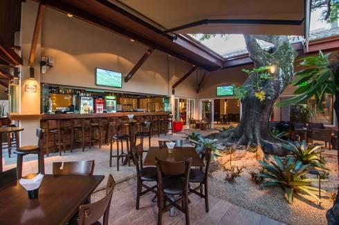 BAR: Espaços gastronômicos  por Larissa Carbone Arquitetura e Interiores