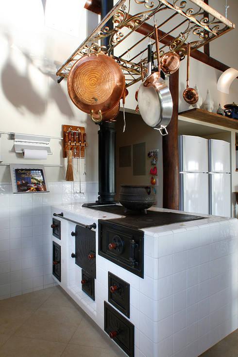 Casa Fazenda CC: Cozinhas  por Silvia Cabrino Arquitetura e Interiores
