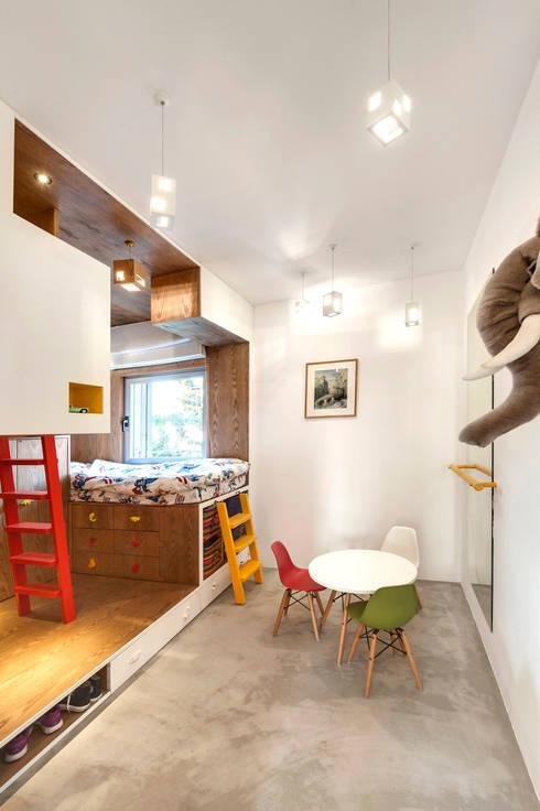 Duplex Penthouse in Tel Aviv: Chambre d'enfant de style  par toledano + architects