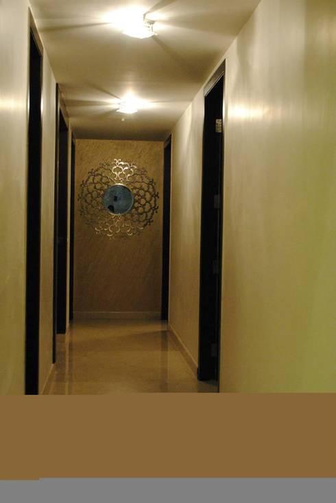 Pebble bay.:  Corridor & hallway by Construction Associates