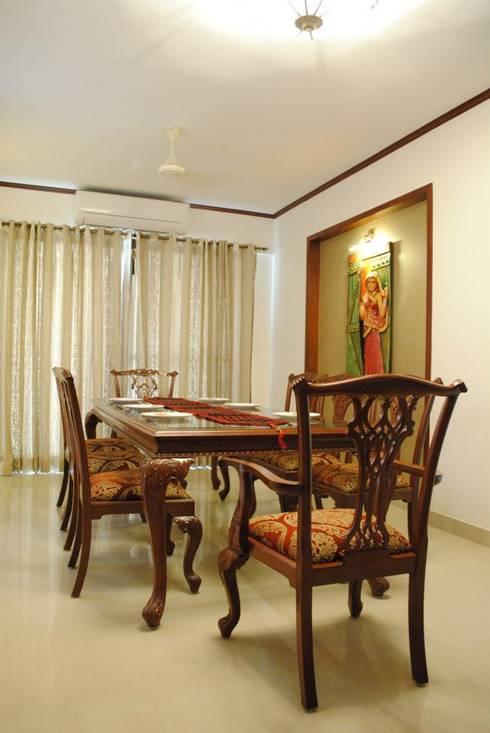 Duplex Apartment: modern Dining room by Construction Associates