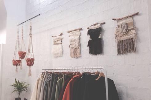 Tapices pequeños.: Paredes y suelos de estilo minimalista de Meublé