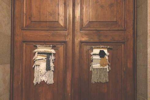 Tapices pequeños.: Paredes y suelos de estilo rústico de Meublé