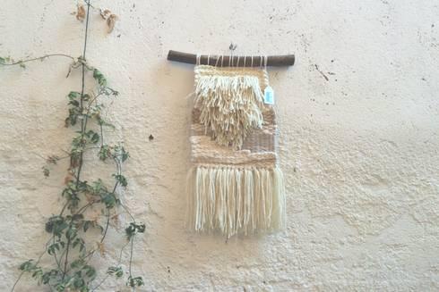 Tapiz pequeño.: Paredes y suelos de estilo mediterráneo de Meublé