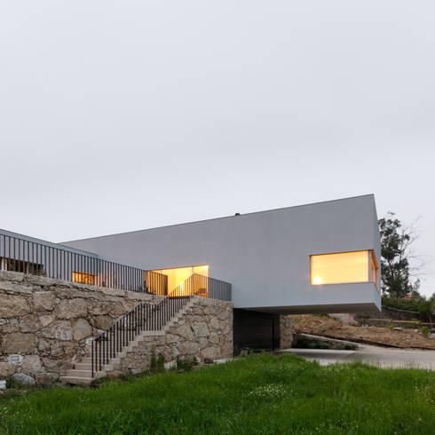 Habitação Unifamiliar Monte dos Saltos: Casas minimalistas por olgafeio.arquitectura