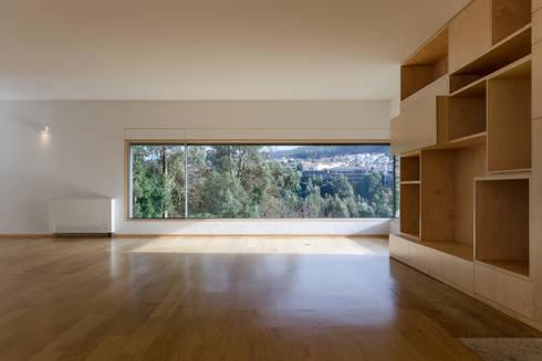 Habitação Unifamiliar Monte dos Saltos: Salas de estar minimalistas por olgafeio.arquitectura
