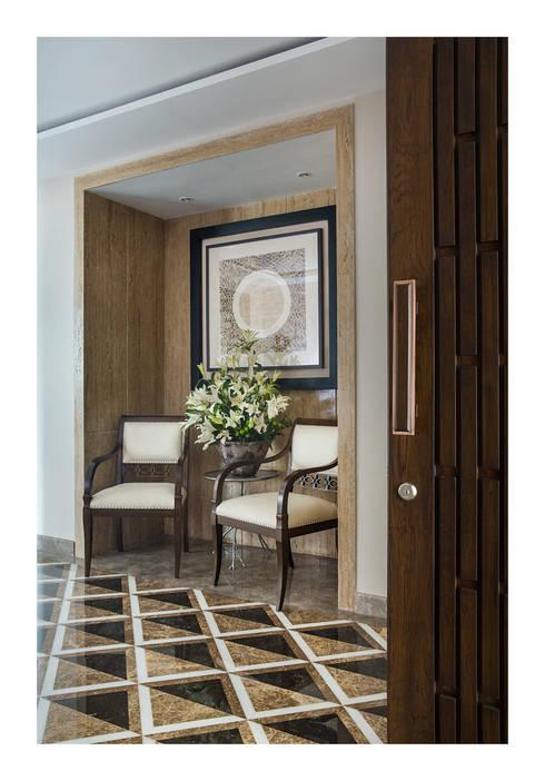 Apartment in Chennai:  Corridor & hallway by Rakeshh Jeswaani Interior Architects