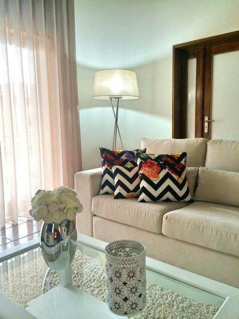 Sofá: Sala de estar  por Alma Braguesa Furniture