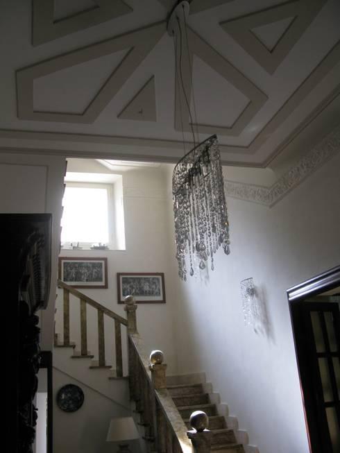 INGRESSO: Ingresso & Corridoio in stile  di Studio Messori