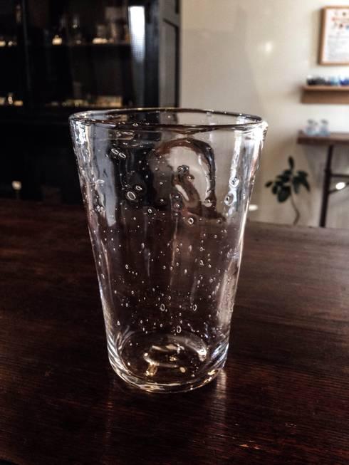 泡のグラス: 硝子工房「さんぽ」が手掛けたキッチンです。