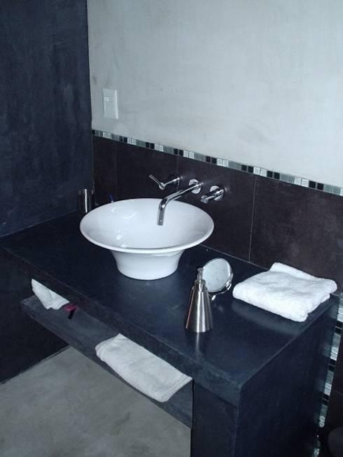 Casa en Berazategui: Baños de estilo  por AyC Arquitectura