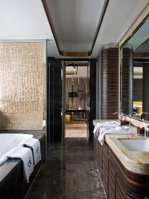 ORIENT EXPRESS: Casas de banho  por SA&V - SAARANHA&VASCONCELOS