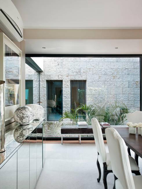 HOUSE OF PLEASURES: Salas de jantar modernas por SA&V - SAARANHA&VASCONCELOS