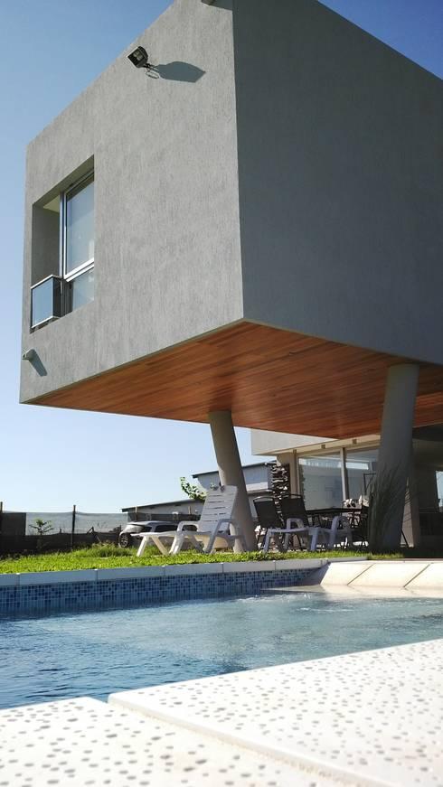 Piscina: Casas de estilo moderno por VHA Arquitectura