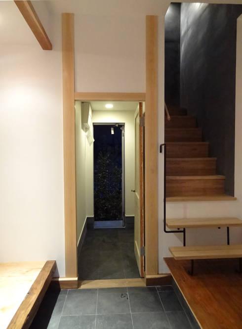 通り庭: 戸田晃建築設計事務所が手掛けた廊下 & 玄関です。