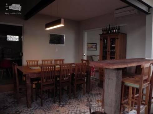 ÁREA GOURMET: Garagens e edículas rústicas por THACO. Arquitetura e Ambientes