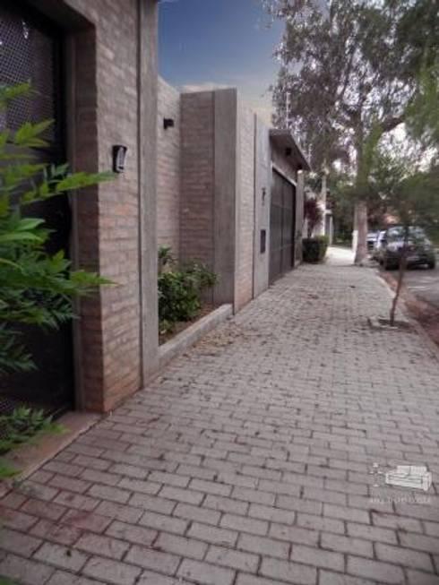 FACHADA RESIDENCIAL : Casas rústicas por THACO. Arquitetura e Ambientes
