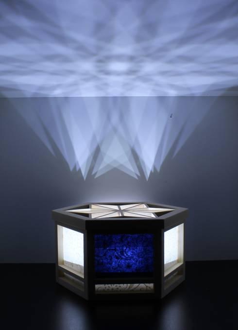 OMOTENASHI SELECTION2016『光箱』が受賞  伝統の技術「組子細工」「京からかみ」と現代の技術「乾電池式Led」が融合した光と影が美しい照明: 有限会社種村建具木工所が手掛けた寝室です。