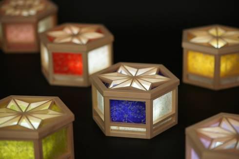 OMOTENASHI SELECTION2016『光箱』が受賞  伝統の技術「組子細工」「京からかみ」と現代の技術「乾電池式Led」が融合した光と影が美しい照明: 有限会社種村建具木工所が手掛けたリビングルームです。