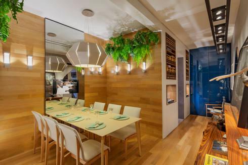 Mostra - Casa Cor Minas - Sala de Jantar e Adega: Salas de jantar modernas por Laura Santos Design