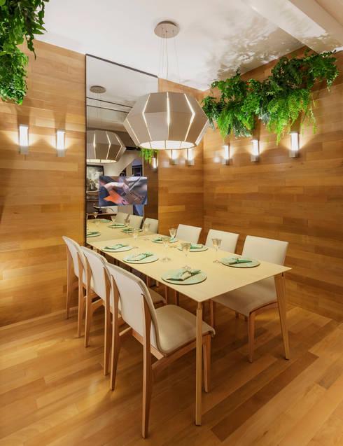 Mostra – Casa Cor Minas – Sala de Jantar e Adega: Salas de jantar modernas por Laura Santos Design