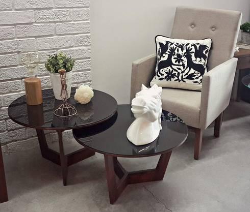 Mesas madera - vidrio, sillón y accesorios: Salas de estilo industrial por Sepia interiores